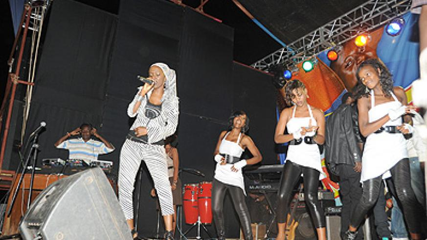 Miss JoJo and her queen dancers thrill the crowd.