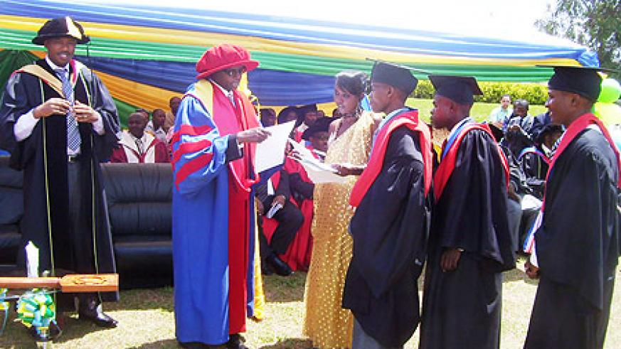Minister Harebamungu hands over certificates of exemplary performance to best students during the graduation ceremony. (Photo A. Gahene.)