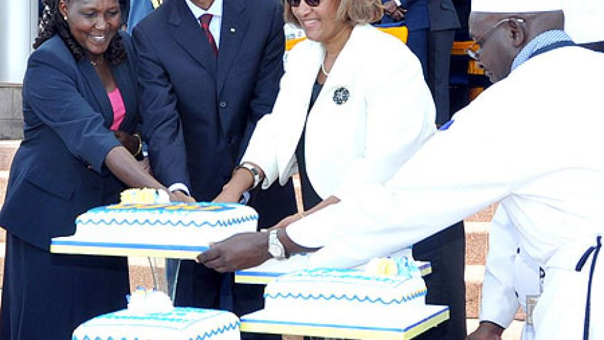 President Kagame, Prof Hellen Sambili, Minister for East African Community and Acting Minister for Higher Education, Science and Technology (L) and Professor Frieda Brown, Vice Chancellor, USIU, cut the anniversary cake, yesterday (Photo/ Urugwiro Village