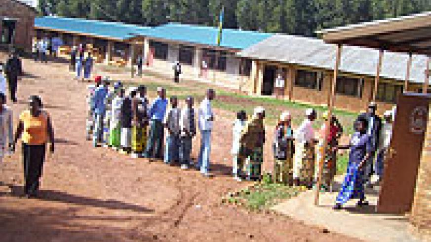 Residents  of Gashirwe village line up to cast their votes at Gacurabwenge polling station.(Photo A Gahene)