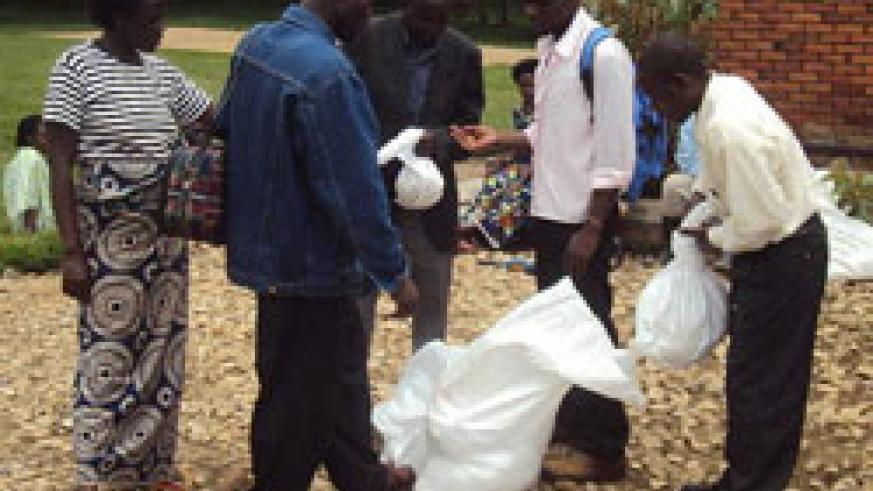 Farmers receiving seeds and fertilisers (File photo)