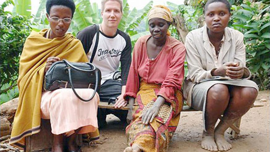 (2nd from left) a British journalist Nick Hughes with three Rwandan women. (Net photo)