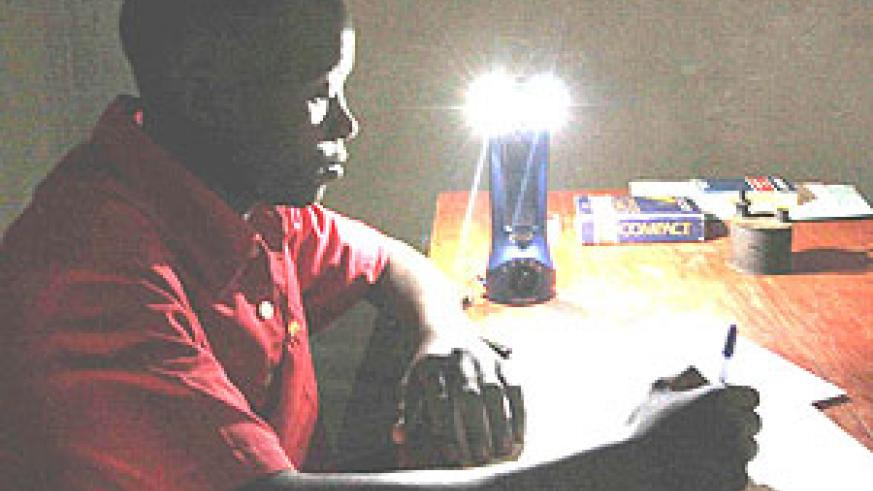 A Rwandan student, compares studying with a kerosene lamp made from a tomato can to studying with a Lifelight.(Net photo)