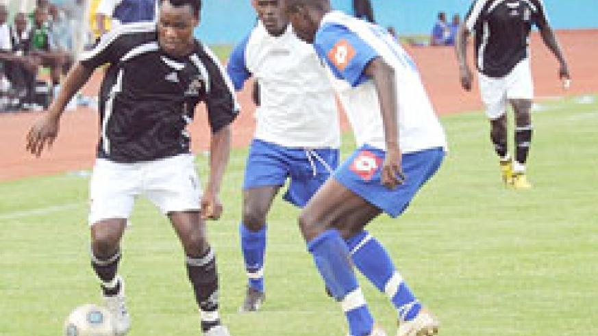 APR's Joseph Bwalya tries to get past two Rayon defenders during last year's Shaka memorial Cup. The Blues have won their last two games. (File Photo)