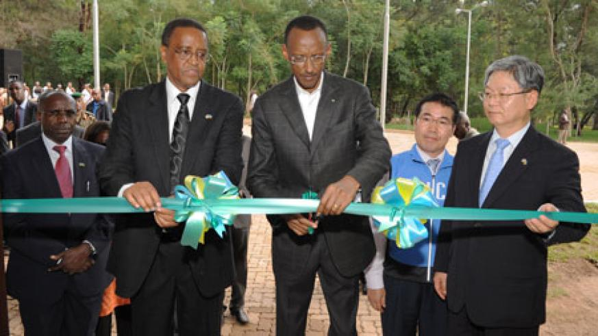 President Kagame innaugurates an ICT facilty at NUR, yesterday. The $4.7 million fully equipped complex was consutructed with the support of Korea. (Photo Village Urugwiro).
