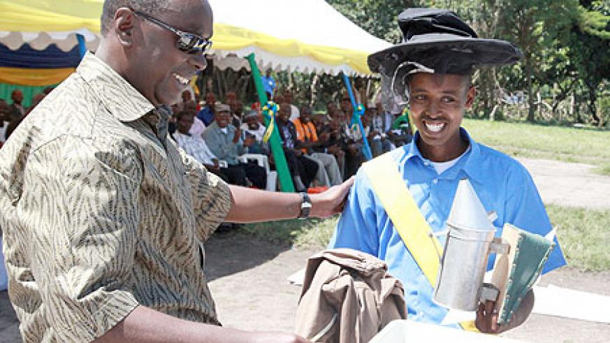 PM Makuza awards the best student in bee keeping.photo/T.Kisambira