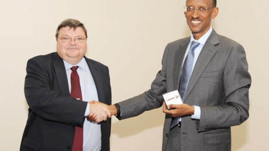 The outgoing  Finnish Ambassador, Juhani Toivonen, presenting President Kagame with a token of appreciation yesterday (Photo Village Urugwiro)