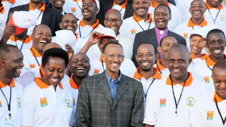 President Kagame poses with members of the business community of the Eastern Province at the beginning of their retreat. (Photo T. Kisambira)