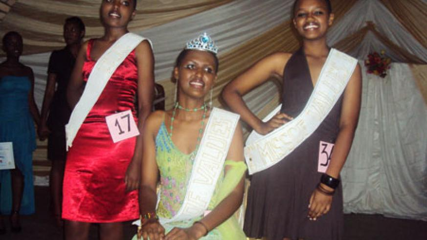 Miss of Values ENDP Karubanda 2011, Yvonne Mukayuhi, with the 1st (R) and 2nd (L) runner-ups Umuhoza Karuranga Gisele and Beatrice Murekatete. (Photo by JP. Bucyensenge)