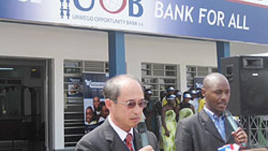 CEO of Urwego Opportinuty Bank Geoffrey Lee (L)  makes his address during the opening of the  new branch. (photo B mukombozi)