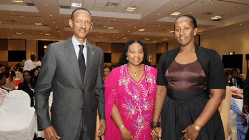 President Kagame and the First Lady, Jeannette Kagame hosted the delegates, including music legend, Yvonne Chaka Chaka (c) to a dinner Gala. (Photo Village Urugwiro)