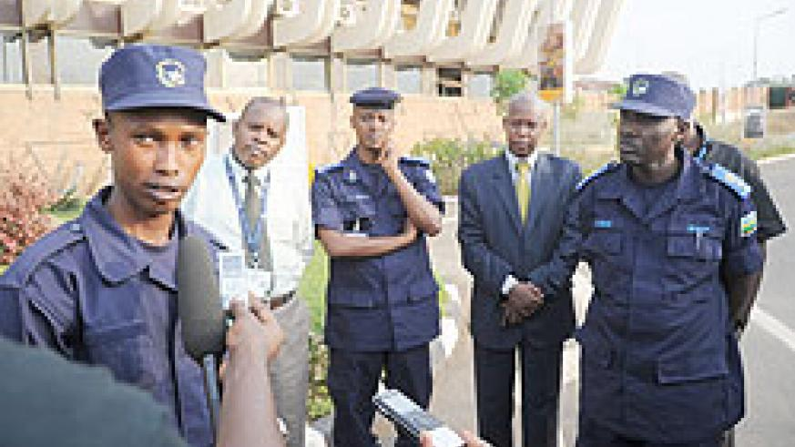 Altruistic police officer, Frank Bizimungu (L) tells the story of how he picked USD 40,000 and helped return it to the owner.The New Times /John Mbanda.