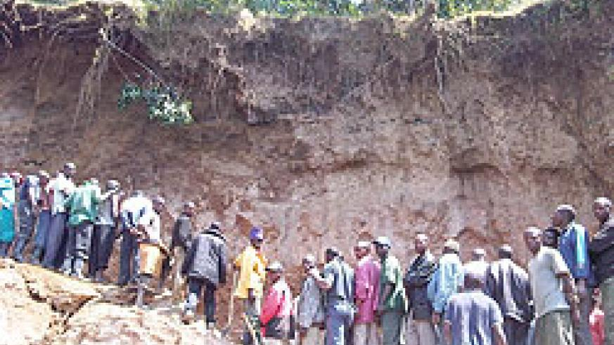 Curious residents gather to unearth the bodies of the victims. The New Times Bonny Mukombozi.