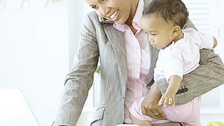 Mothers with busy careers can find time and ways to nurse their babies with breast milk. Net photo
