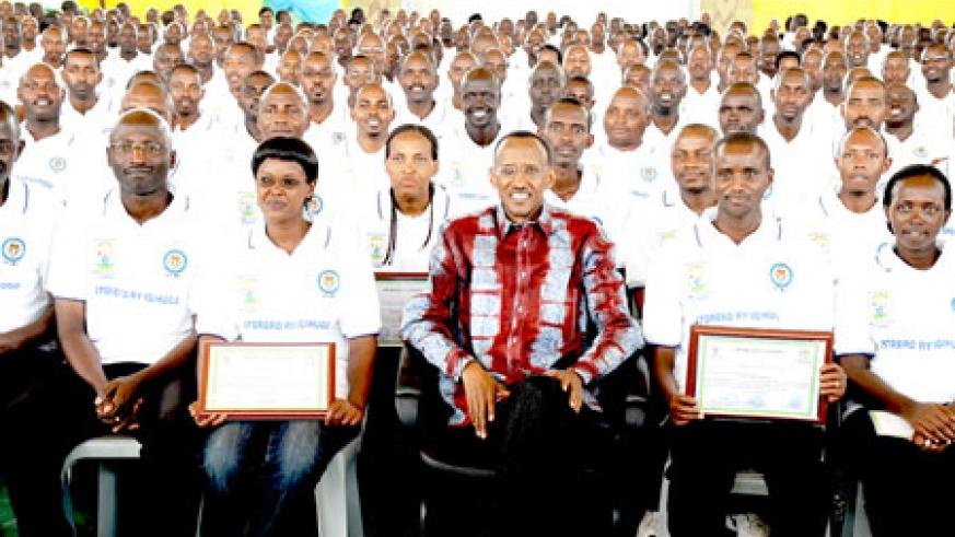 President Paul Kagame posing with members of Isonga yesterday. The New Times /Village Urugwiro