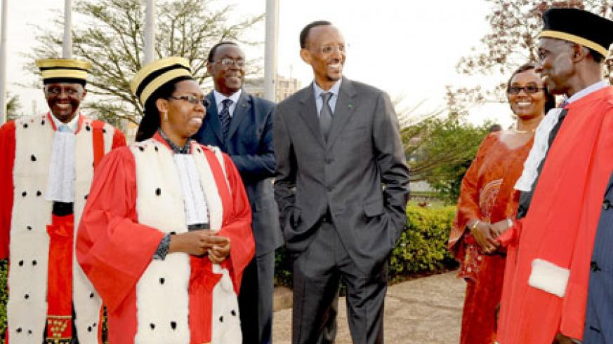 President Kagame shares a light moment with members of the judiciary; Sam Rugege – Vice President of the Supreme Court (R), Aloysea Cyanzayire – Supreme Court presidents and Prosecutor General, Martin Ngoga (L). Looking on is Prime Minster Makuza, (3L) an