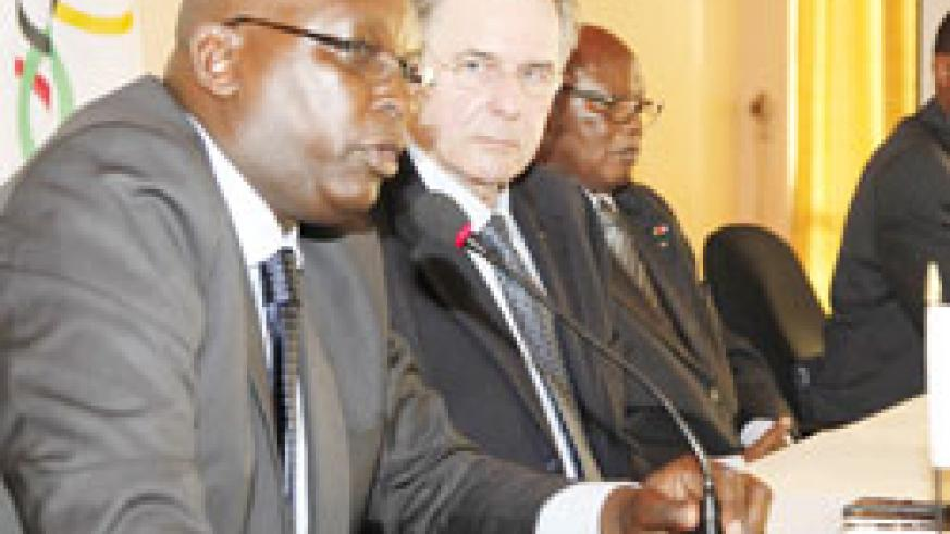 IOC boss Jacque Rogge (C) is flanked by RNOC president Dr.Charles Rudakubana (L) during Thursday's prress conference. The New Times/Timothy Kisambira.