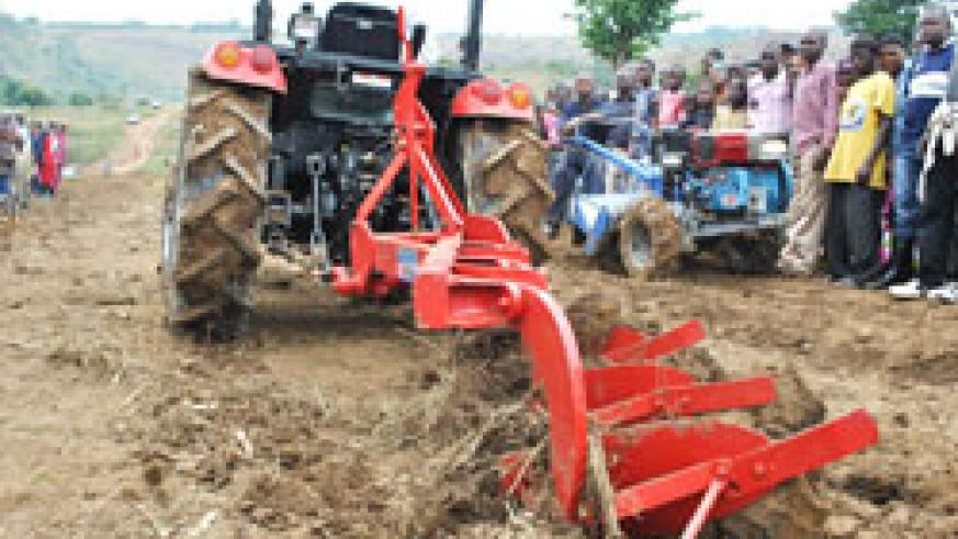 A demonstration on the use of tractors to plough in Ngoma District attracted numerous farmers. The New Times /Steven Rwembeho
