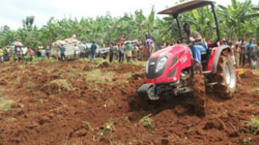 Residents preparing the 70 hectares to plant maize. Kicukiro District plans to consolidate 1000 hectares. The New Times / Grace Mugoya