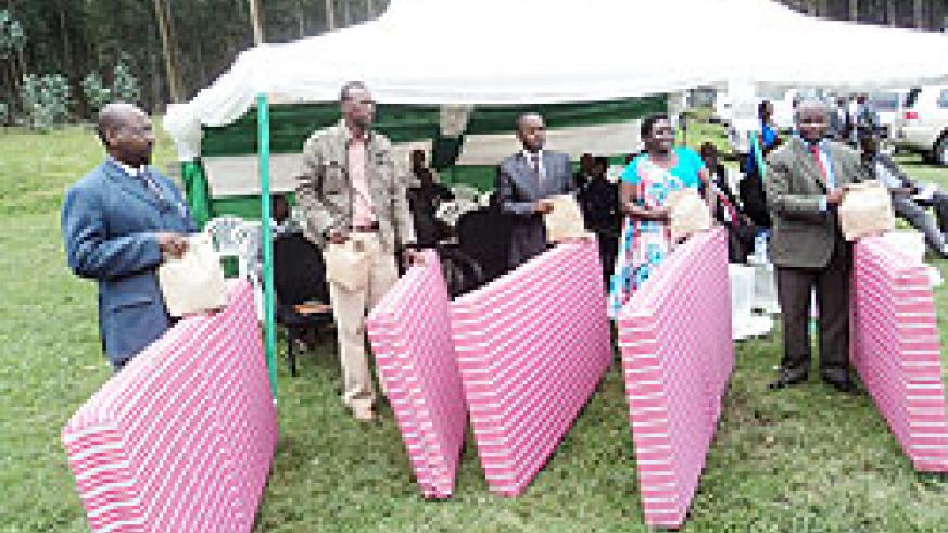 Some-of-the-local-authorities-helped-distribute-gifts-to-the-pyrethrum-farmers-yesterday.--The-New-Times\B-Mukombozi