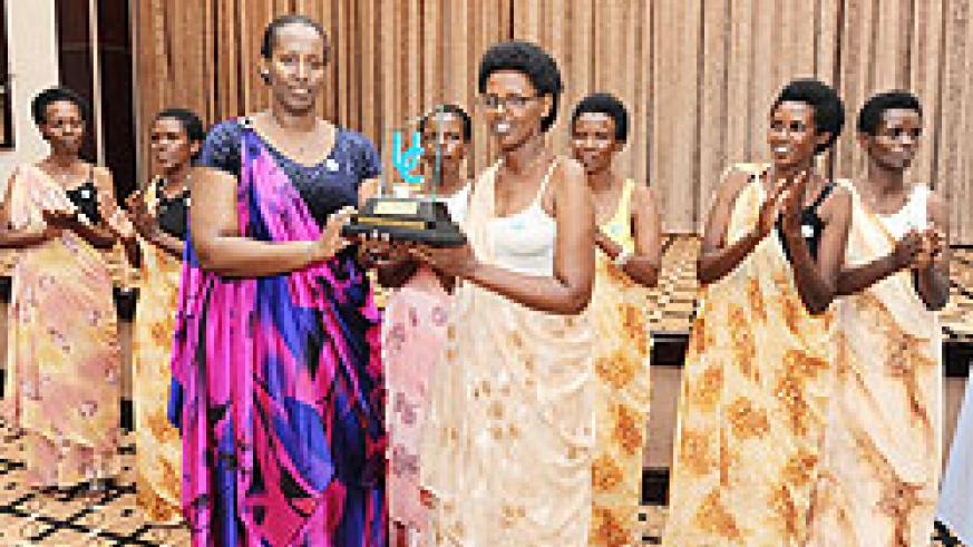 First Lady Jeannette Kagame, hands over the 2011 Unity Award to Françoise Mukagatare, the president of Ubutwari Bwo Kubaho association, at a dinner gala held after the congress. The New Times /Village Urugwiro.