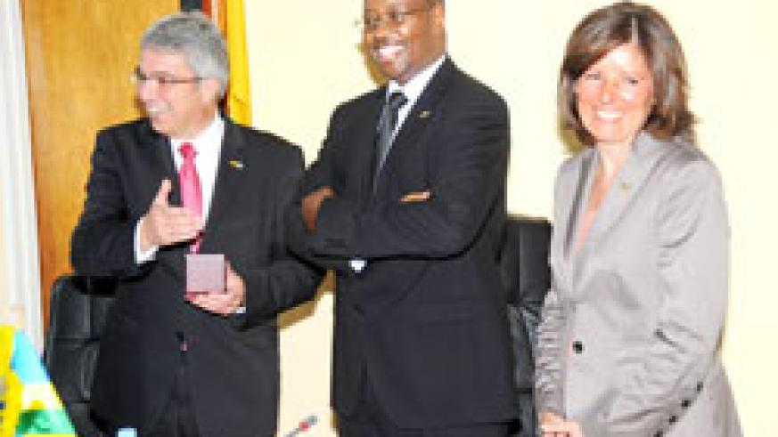 Local Government Minister  James Musoni (C) with the visiting Rhineland Palatinate Ministers Roger Lewentz (L) and  Malu Dreyer. The New Times / J Mbanda.