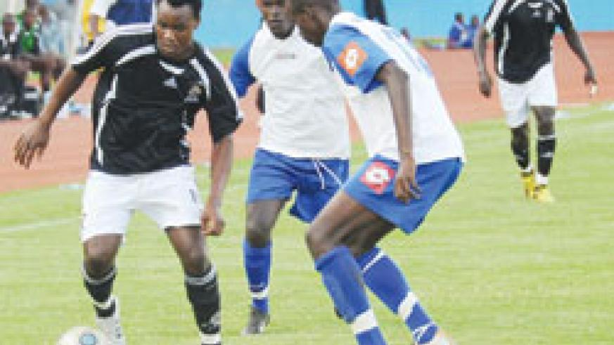 APR's Joseph Bwalya tries to get past Rayon's Faustin Usengimana during last year's Shaka Memorial Cup. APR went on to win the contest on penalties. The New Times/File.