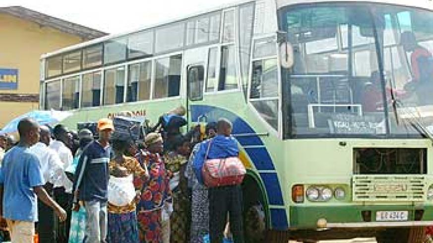 Passengers struggle to board an Onatracom bus at Nyabugogo Taxi Park in the past. The New Times/ File.