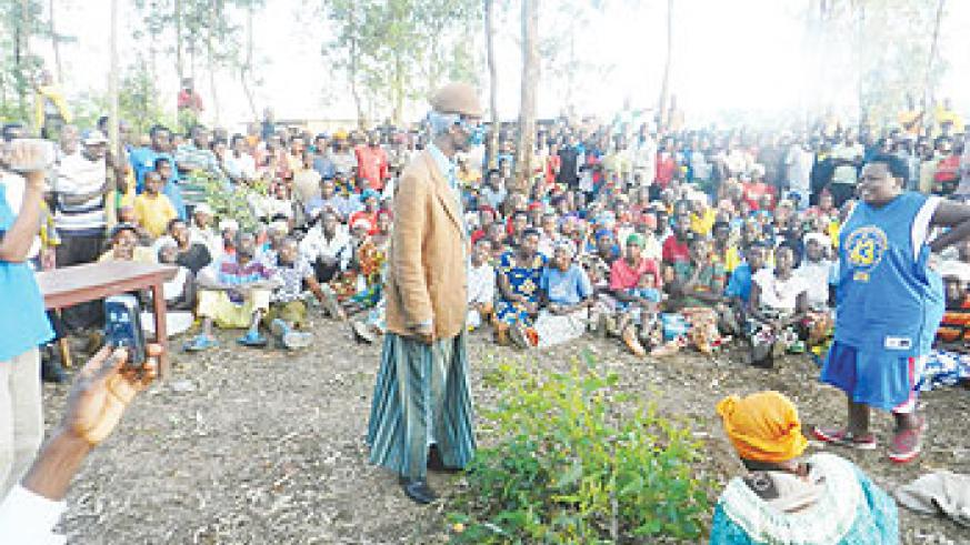 Kanyombya (C) entertains the crowd. The New Times / Courtesy.