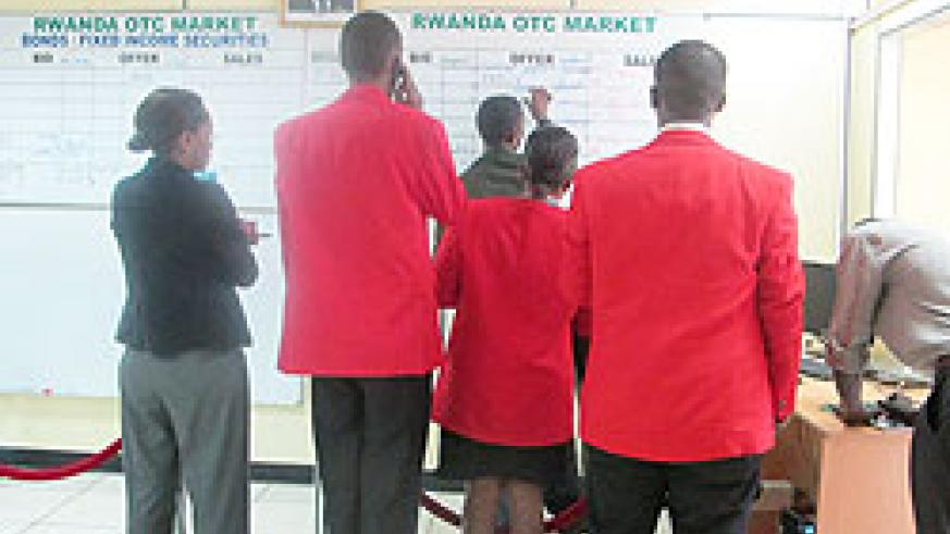 Stockbrokers at the trading floor of RSE .The New Times /  T. Kisambira