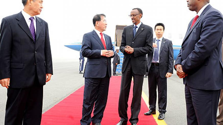 President Kagame arrives in South Korea and is received by the Vice Mayor for Political Affairs Heon Beom-DO (center left), Ambassador Byung-kook Rhee, Vice President of KOICA (L) and Rwanda's Amb. to Korea, Eugene S. Kayihura (R). TNT / Village Urugwiro