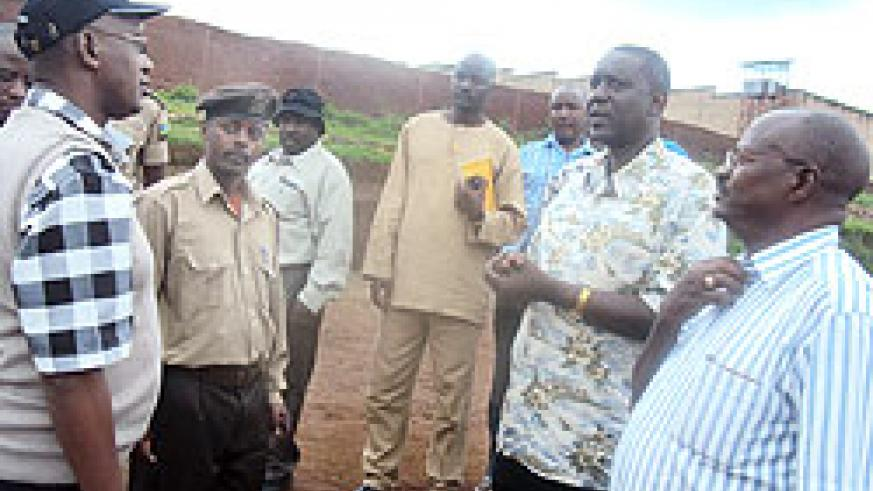 James Mwanje (R), Emmanuel Rukundo (L) with other members of the Ugandan delegation during their tour of Butare prison on Tuesday. The New Times /J.P Bucyensenge