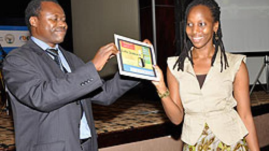 The New Times journalist Gloria Iribagiza receiving the award from MoH Permanent Secretary Dr Uzziel Ndagijimana at the ceremony. The New Times / Courtesy.