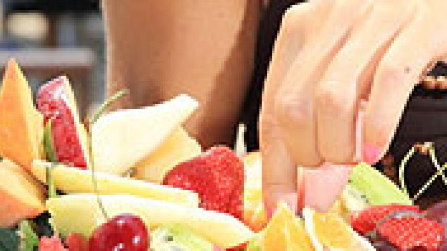 Eating plenty of fruits, vegetables and whole grains that are rich in antioxidants may help reduce a woman's risk of stroke. (Net Photo)