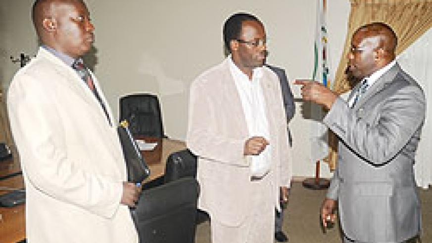 Premier Habumuremyi chats with Kigali City Mayor Fidele Ndayisaba (C) as Kicukiro District Mayor Jules Ndamage looks on after yesterday's meeting at the Prime Minister's Office. The New Times / J. Mbanda.