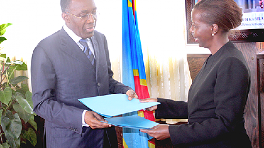 Foreign minister Louise Mushikiwabo (R) and her Congolese counterpart Raymond Tshibanda exchange files in Kinshasa last week. The New Times  / Courtesy.