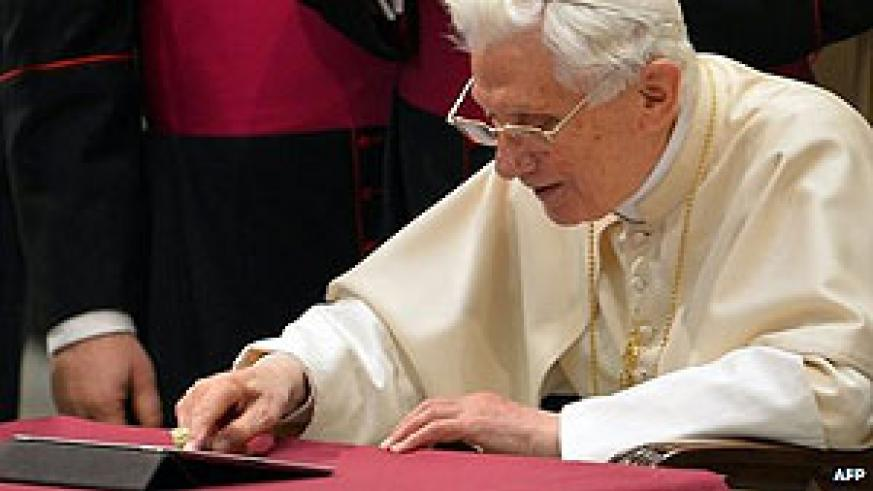 The Pope was shown pressing a button on an iPad tablet. Net / photo
