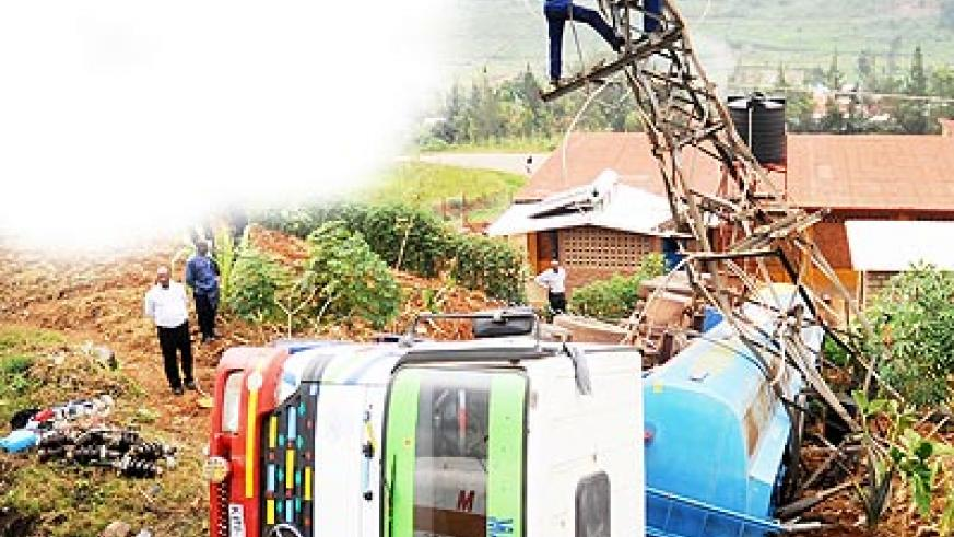 EWSA workers repair the damaged power line yesterday. The New Times / J. Mbanda.