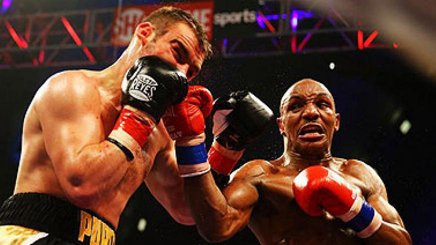 Alexander (R) retained his IBF welterweight title after Lee Purdy was pulled out. Net photo.
