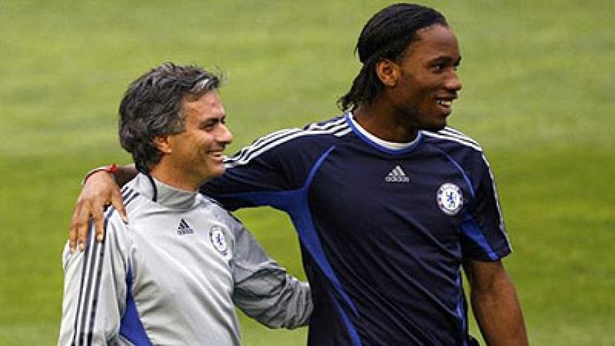 Chelsea manager Jose Mourinho (L) and Didier Drogba smile during a training session at the Mestalla stadium in Valencia April 9, 2007. Net photo.