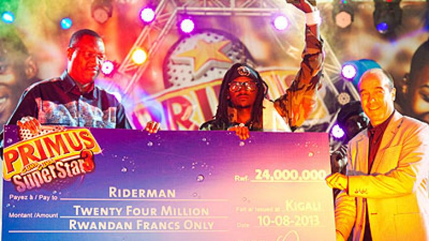 The winner Riderman receives a dummy cheque and the trophy from Minister Mitali and the Bralirwa MD Jonathan Hall