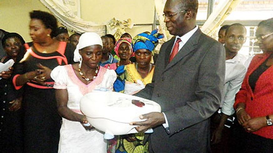 Murekezi (R) hands over a hair saloon equipment to one of the beneficiaries The New Times/ Courtesy .