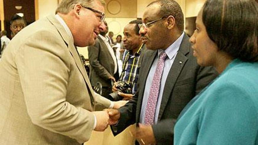 Pastor Rick Warren (L) talks to Finance Minister Amb. Claver Gatete (C) and Eastern Province Governor Odette Uwamariya after the lecture on Friday. The New Times/John Mbanda