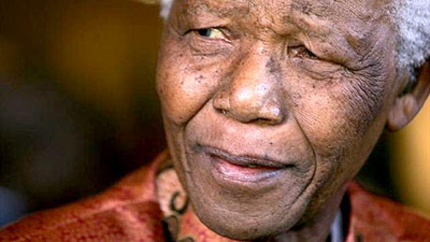 Former President Nelson Mandela smiles as he formally announces his retirement from public life at his foundations offices in Johannesburg, June 1, 2004.  Net photo.