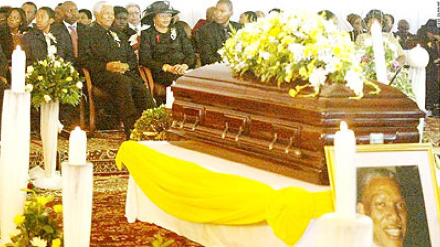 Mandela sits with his wife, Graca Machel, and his grandchildren at his son Makgatho's funeral on January 15, 2005. Net photo.