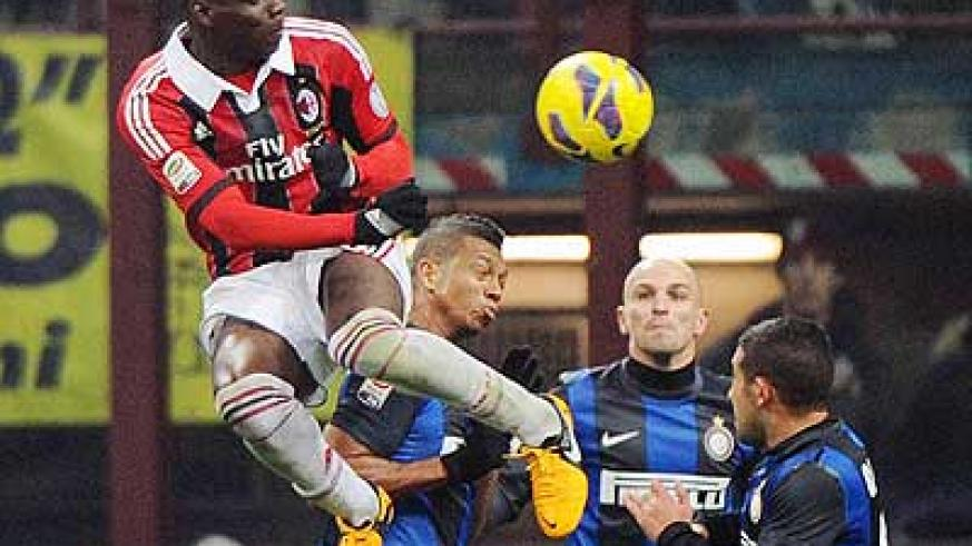 Balotelli rises highest as he tries to win the ball in the air during the last derby, which ended 1-1. Net photo.