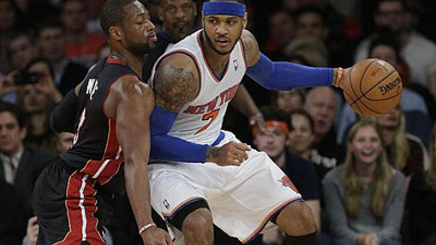 Miami Heat's Dwyane Wade (L) defends against New York Knicks' Carmelo Anthony during the second half. Net photo.