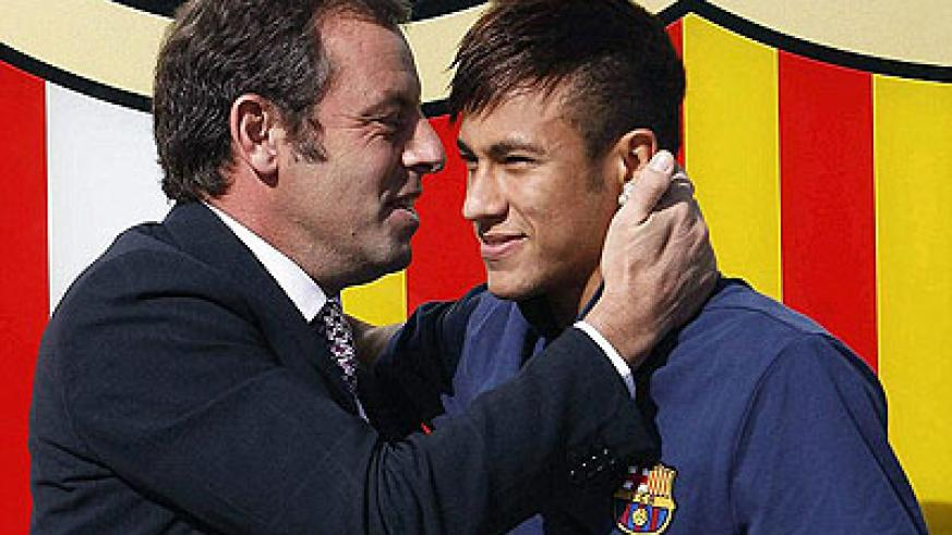 Sandro Rosell (left) unveiled Neymar (right) as Barcelona's new signing last summer. Net photo.