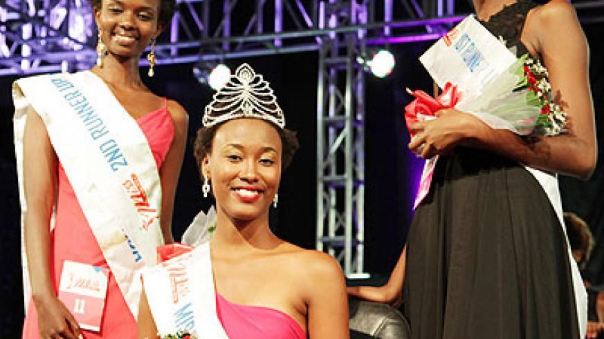 Miss Rwanda 2014 Colombe Akiwacu (C) poses with first and second runners-up Carmen Akineza (R) and Marlene Umutoniwase.