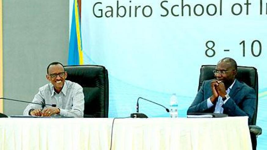 President Kagame (L), chairs the leader's retreat. Right is the Prime Minister Pierre Damien Habumuremyi. (Village Urugwiro)